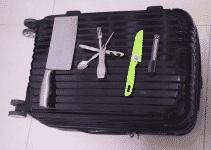 Grössere Messer dürfen in der Regel nicht ins Handgepäck. Bei gewissen Fluggesellschaften sind allerdings kleinere Messer, insbesondere Taschenmesser erlaubt. So haben beispielsweise viele Passagiere ein Schweizer Taschenmesser dabei.
