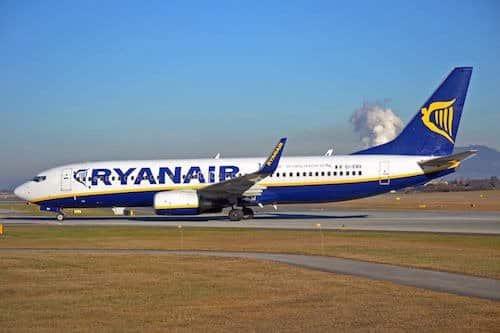 Ryanair hat strenge Handgepäckbestimmungen. Die Bestimmugen werden anfangs 2018 angepasst. In Zukunft können die Passagieren Ihr grosses Handgepäck nur noch mit an Bord nehmen, wenn sie auch die Option Priority Boarding gebucht haben. Diese Option kostet 5 Euro pro Passagier.