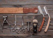 Das Bild zeigt verschiedenes Zubehör zur Nassrasur. Darunter klassische Rasierklingen und Rasierhobel.