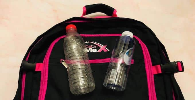 Leere Trinkflasche im Handgepäck