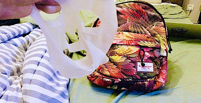 Gesichtsmaske im Handgepäck