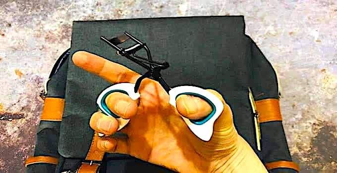 Wimpernzange im Handgepäck saturated